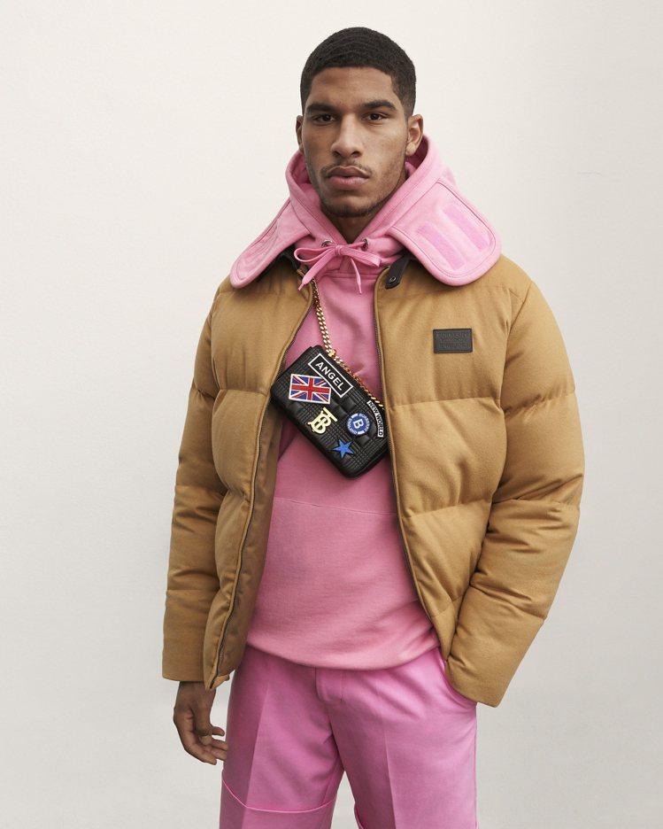 粉紅色運用在男裝也是早秋的亮點之一。圖/BURBERRY提供