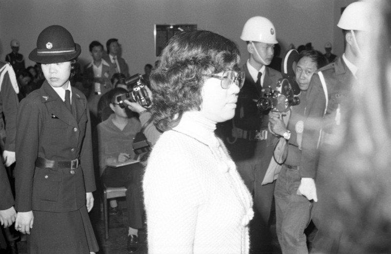 高雄美麗島暴力事件叛亂案,一九八○年三月於警備總部軍法處開庭,圖中戴眼鏡者為被告呂秀蓮接受審判。本報資料照片