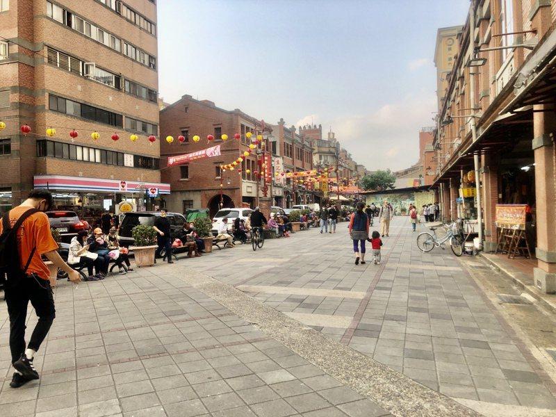 永樂廣場有旅遊團和民眾在休息,但人潮不如以往。記者鍾維軒/攝影