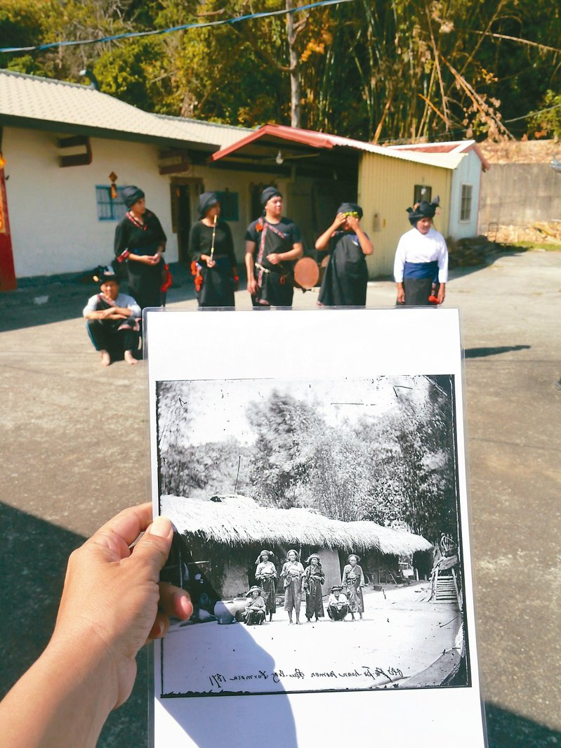 1871年英國攝影家湯姆生來台,留下珍貴平埔族影像。文史工作者游永福(左一)與當年曾擔任接待的黃家後代子孫,復刻拍照場景。記者徐白櫻/攝影