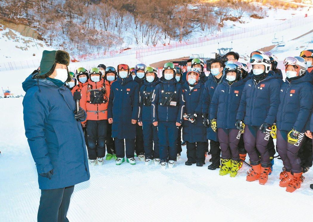 大陸國家主席習近平(左)宣布明年冬奧如期舉辦。圖為習近平日前在北京視察冬奧場地的...