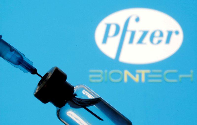 美國總統拜登26日宣布,將自輝瑞(Pfizer)與莫德納(Moderna)公司分別購買1億劑的新冠疫苗,讓全美採購疫苗總數達6億劑。 路透