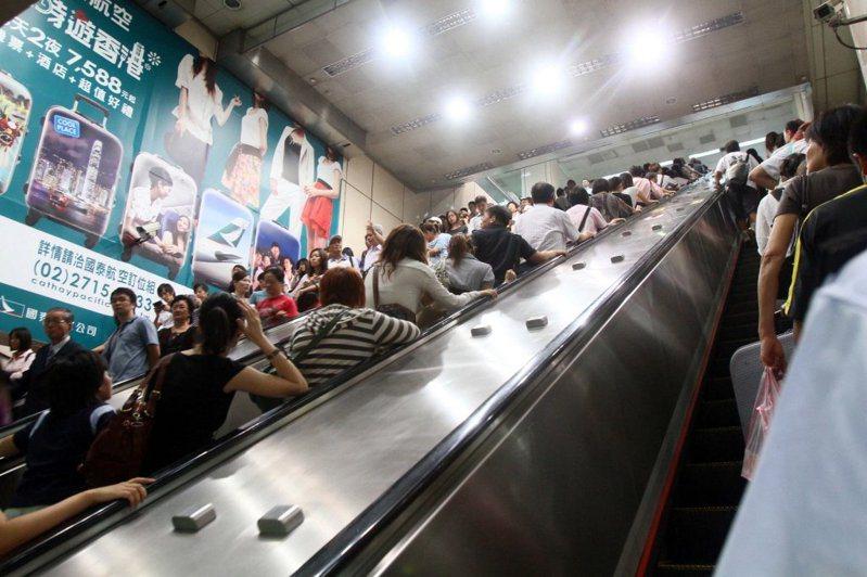 目前北捷未禁止旅客利用手扶梯左側通行,也並未限制旅客搭乘電扶梯時,應站立左側或右側及行走與否。圖/聯合報系資料照