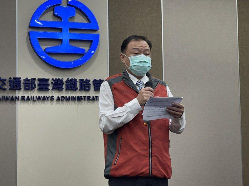 台北運務段段長梁育裕說明列車長收到隔離通知一事。記者曹悅華/攝影
