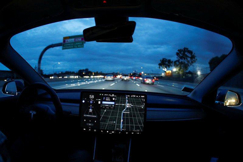 圖為特斯拉Model3開啟自駕情形。路透社