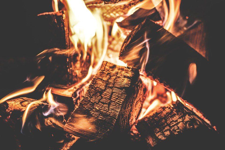 回到遠古時代,人類開始燒木材、燒牛糞煮飯或取暖,拿單純的廢棄物當燃料,就是最直接...