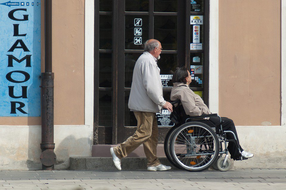 據統計資料指出,照顧失能、失智者平均約7.3年,因此最好選擇至少十年以上的保單,...