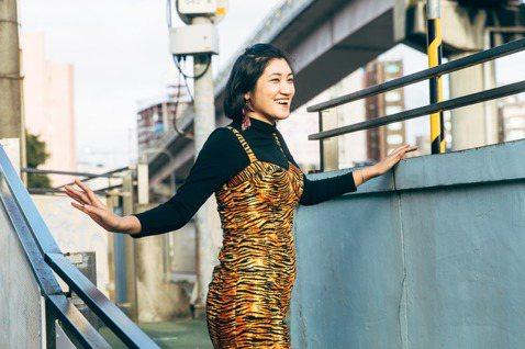 倪瑞宏4歲就決定當畫家,23歲時以四個聖筊贏得台南鹿耳門天后宮仙女徵選,並在30...