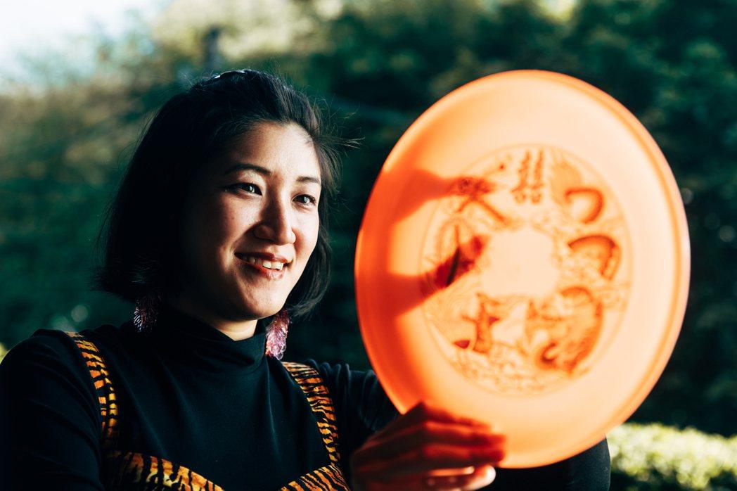 因製作有黃衣仙女會遞上籤詩的裝置作品《閃亮抽籤機》,藝術家倪瑞宏被抽籤機廠商戲稱...