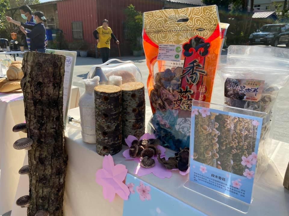 結合了濃濃在地味的特產:苦茶油、咖啡、香菇以及苦茶油創意爆米花 圖/「遇見草嶺」...