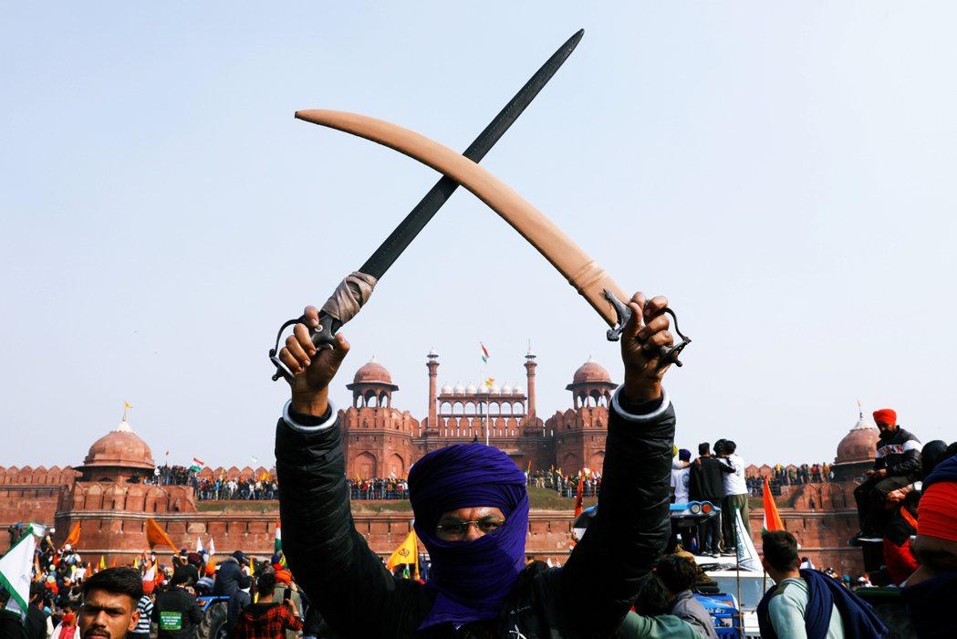印度農民為抗議總理莫迪的農業改革法案,自去年11月起持續上街到首都新德里抗議,衝...