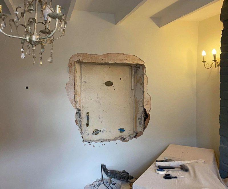 英國一名男子埃利斯(Rupert Ellis)在幾年前於康沃爾(Cornwall)買下這間房子,直到近期在重新裝修家裡時,卻意外在牆壁裡發現一個神祕保險庫。  圖/BPM Media