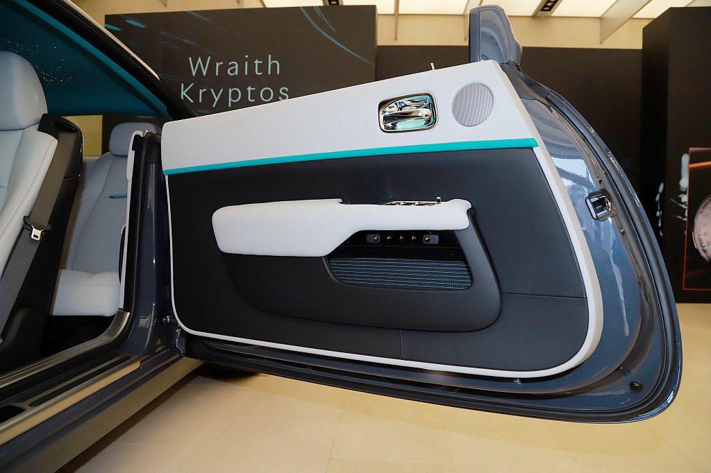 車門內側向下散發螢光的儲物袋設計,也通過光影、皮革、縫線的搭配及呼應,呈現出待解...