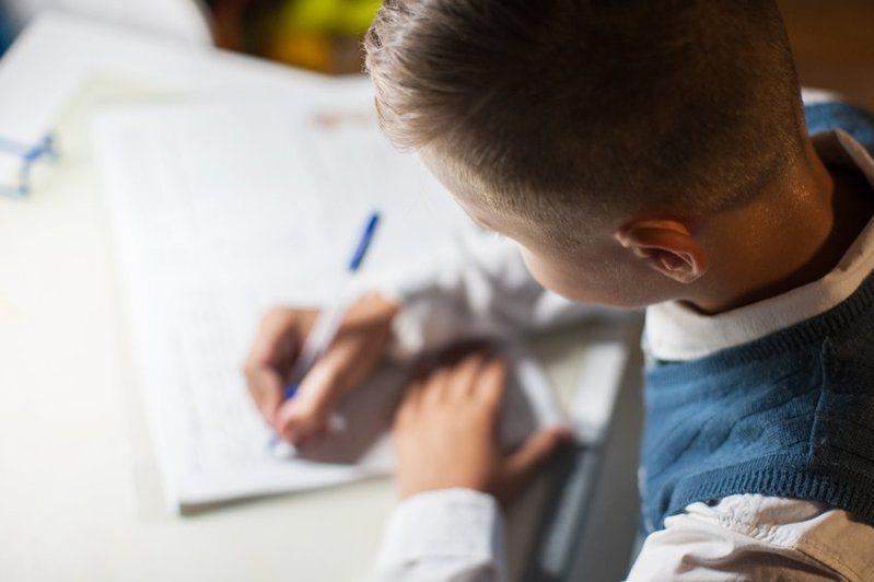 一名泰國的教師指出,自己的學生傳訊息告知,「這是他最後一次參與課程,因為家中的網路流量已經用完」,所以明天沒有辦法繼續跟著上課,讓這名教師感到十分不捨。 圖/ingimage