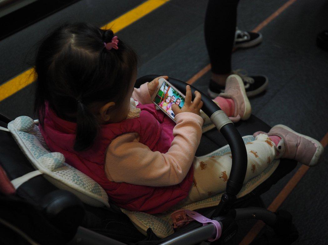 對於使用手機的需求,可討論該如何使用、什麼時候使用,給予適度的「選擇權」。 圖/歐新社