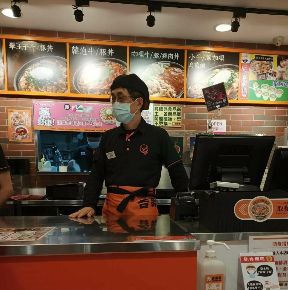 阿能哥細細觀察每位客人的用餐情況。 銀髮中心/提供。