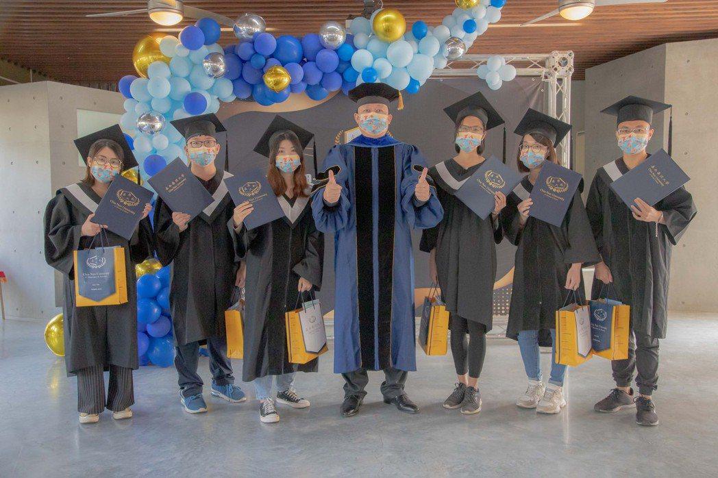 嘉藥今舉辦優秀學生提前畢業典禮。 嘉藥/提供