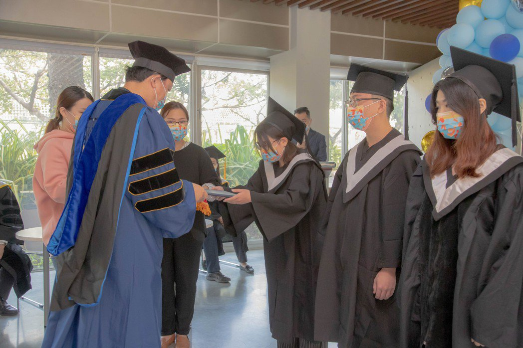 嘉藥校長李孫榮一一為學生撥穗並頒發學士畢業證書。 嘉藥/提供