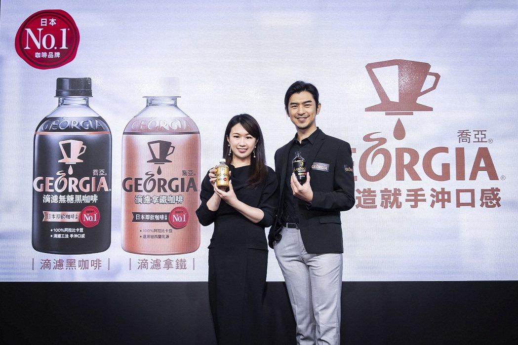 可口可樂台灣分公司行銷總監蕭育芬與代言人陳柏霖一同宣佈日本累積銷售第一的即飲咖啡...