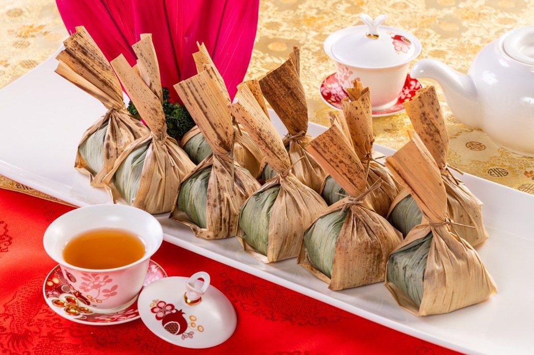 福容高雄店的「竹筍櫻花蝦米糕」,特用桂竹筍葉及綠竹筍葉將米糕包裹,油亮的米糕不僅...