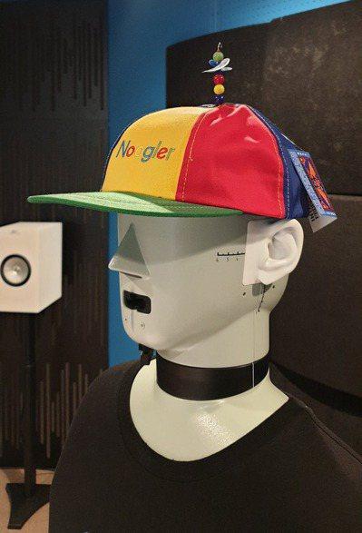聲學部門的測試機器人員工在實驗室中,耳部裝有麥克風,「嘴」則是喇叭,可以聽取指令...