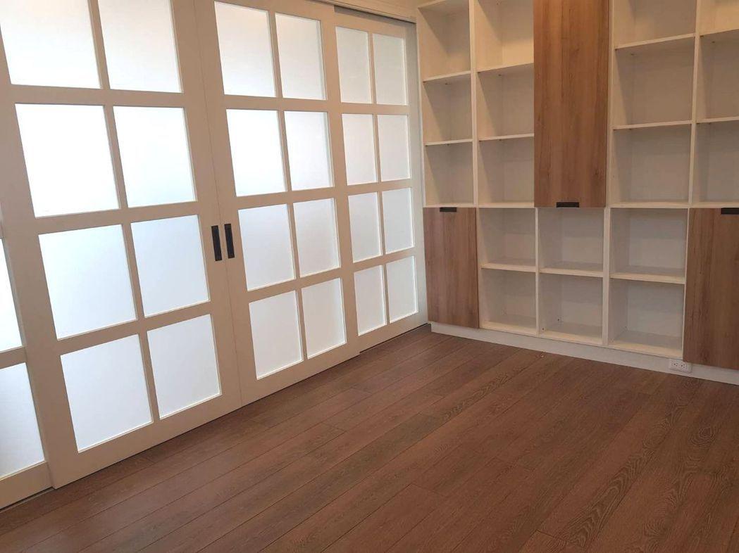 多年裝潢經驗,向博裝潢提供木地板搭配全室家居諮詢建議,提升裝潢整體感。 業者/提...