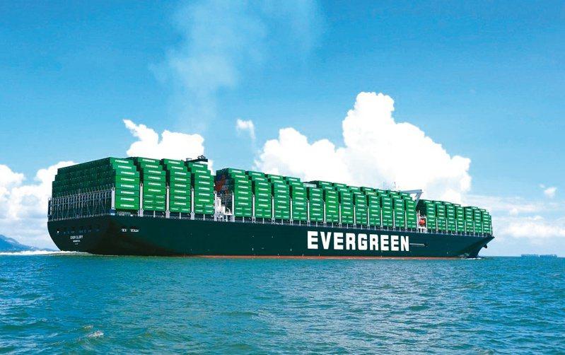 全球貨櫃短缺與船運費用飆漲,近來已開始衝擊全球製造業。圖為長榮海運大型貨櫃輪。 聯合報系資料照