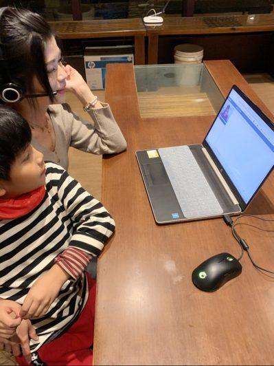 再怎麼忙都要學習,喜歡語言的兒子愛黏在旁邊一起聽課。