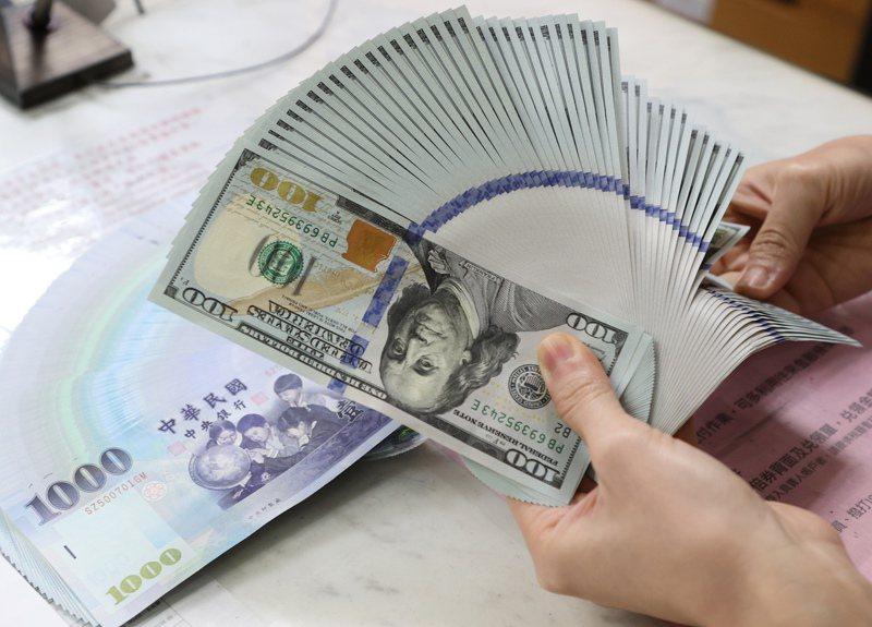 新台幣匯率終止連三貶,今天收盤收在28.38元,升值3分。 報系資料照/記者潘俊宏攝影