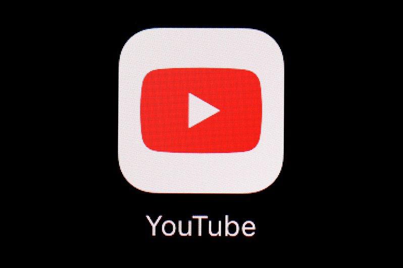 美國媒體報導,Google旗下影音平台YouTube已將前總統川普帳戶無限期停權,並將禁止川普私人律師朱利安尼加入合作夥伴計畫,藉上傳製作影片到YouTube頻道分享廣告利潤。 美聯社
