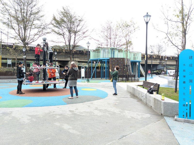 在新北市議員廖先翔爭取下,建成共融式公園啟用,不少爸爸媽媽帶著小孩來開箱體驗。 圖/觀天下有線電視提供