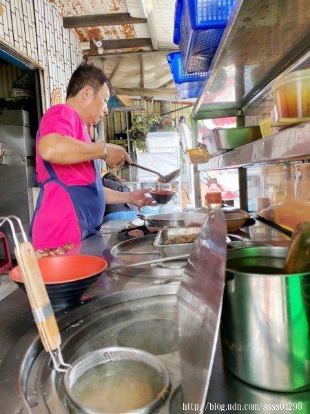 老闆正在料理台專心準備客人的餐點,老闆是位道道地地的小琉球在地人,過去從事捕魚業,10幾年前和太太一起經營這間店。