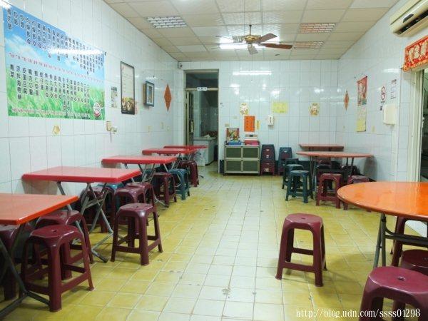 內用座位區有大圓桌和方形桌,中間空出寬敞的走道,便於行走。