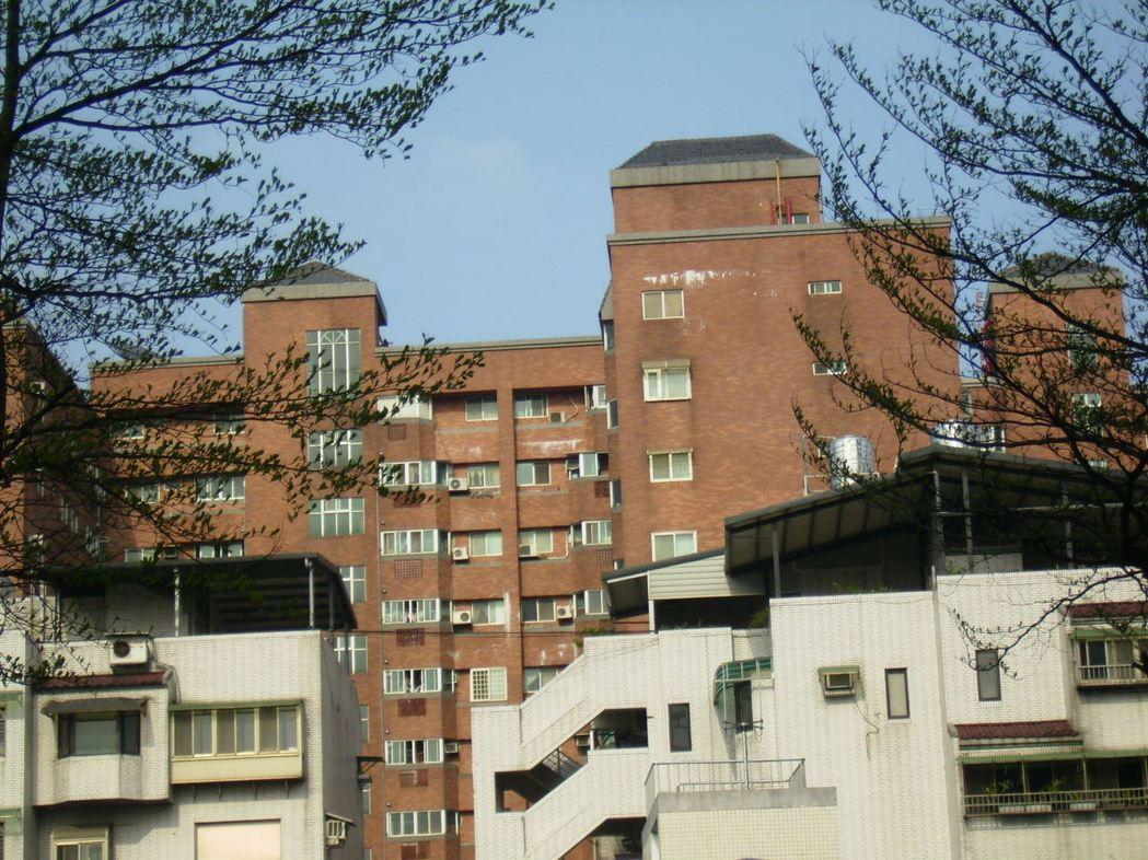 大樓外牆產生白華不僅影響美觀,嚴重時還可能造成鋼筋鏽蝕損害整體大樓結構。