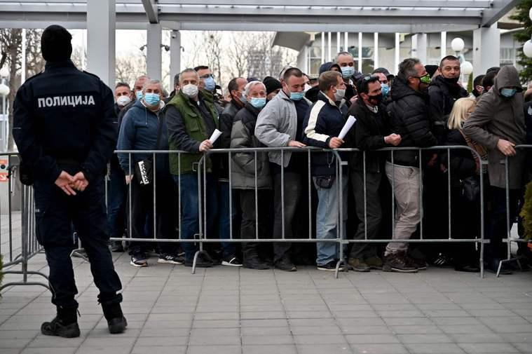 塞爾維亞人 排隊打疫苗 全球新冠肺炎確診人數廿六日突破一億。圖為塞爾維亞民眾廿五...
