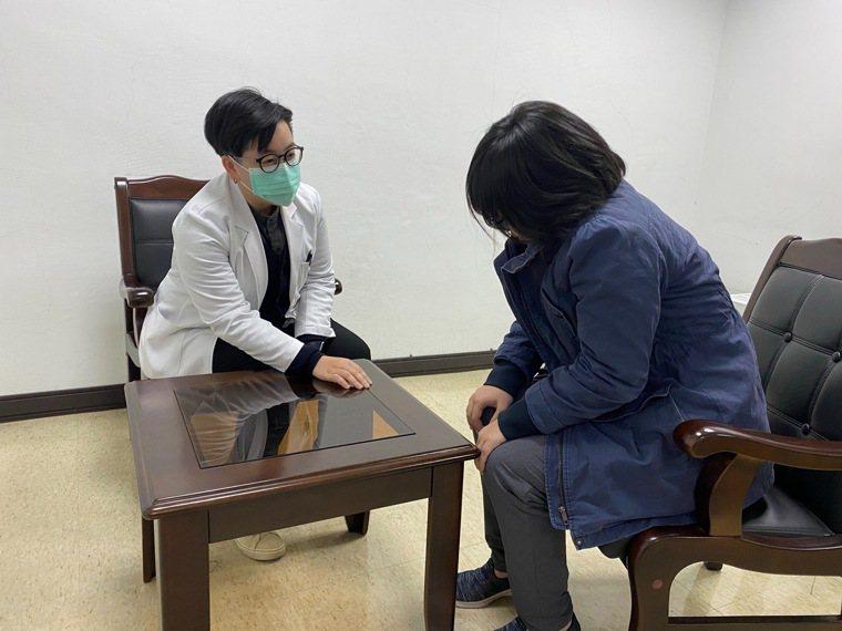 新營醫院表示,若發現子女有繭居問題,家長應積極鼓勵孩子就醫,透過專業心理治療介入...