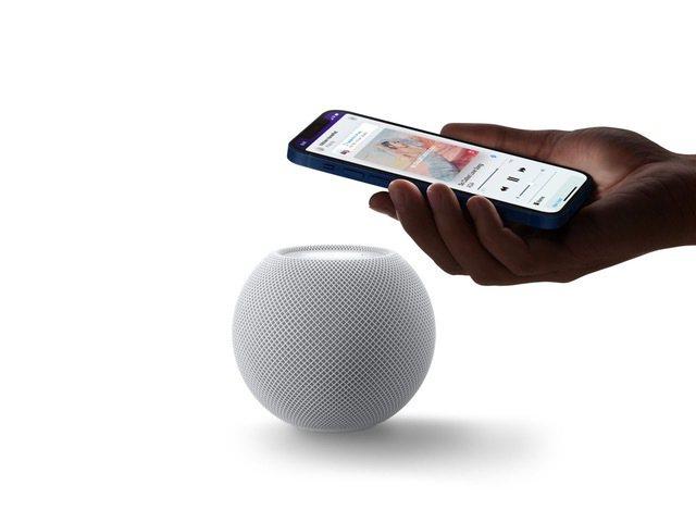 蘋果推出iOS 14.4軟體更新,讓HomePod mini的「距離感測控制」變得更適合全家人一起使用。圖/蘋果提供