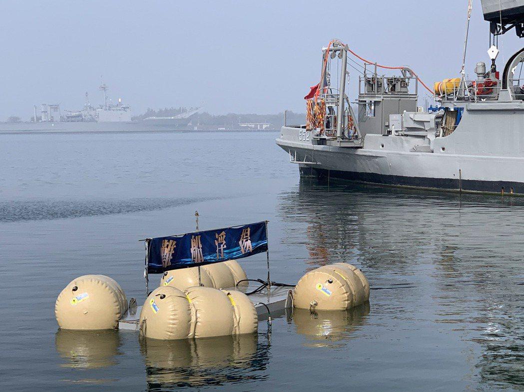 海軍今天在左營軍港實施戰備操演,模擬左高外海錨泊商船疑似遭攻擊爆炸沉沒,海軍派遣...