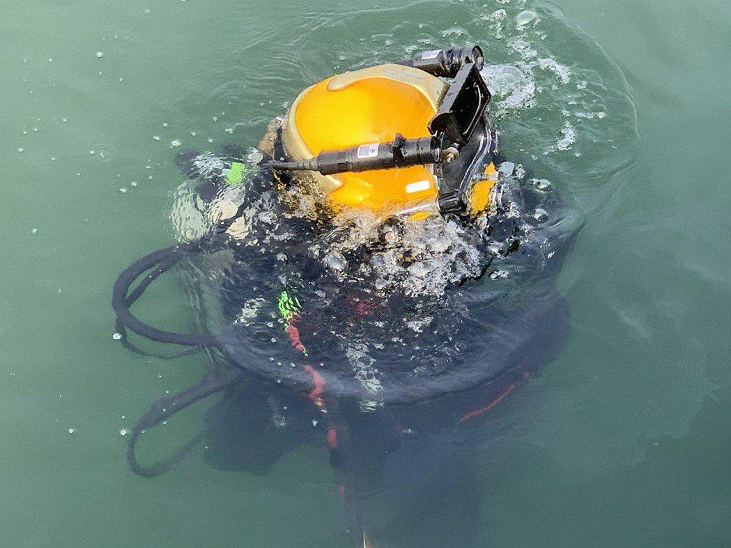 水下作業大隊隸屬192艦隊,今日在現場除範使用沉重的潛水裝備模擬深海救援。記者洪...