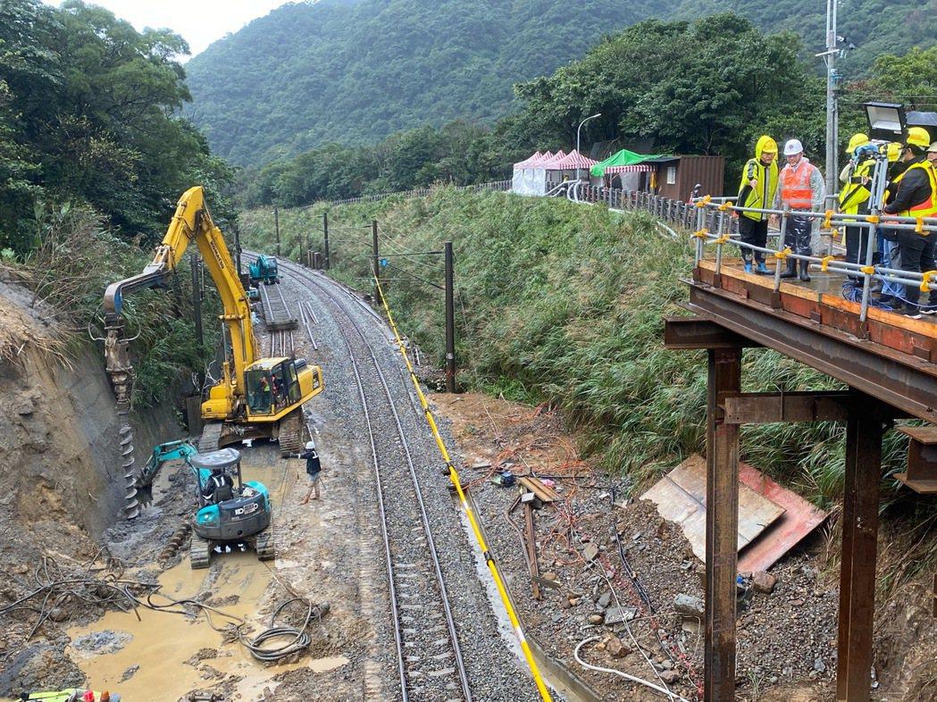 交通部長林佳龍今天上午到新北瑞芳猴硐了解台鐵搶修進度後,指全線通車期程可望比原定...