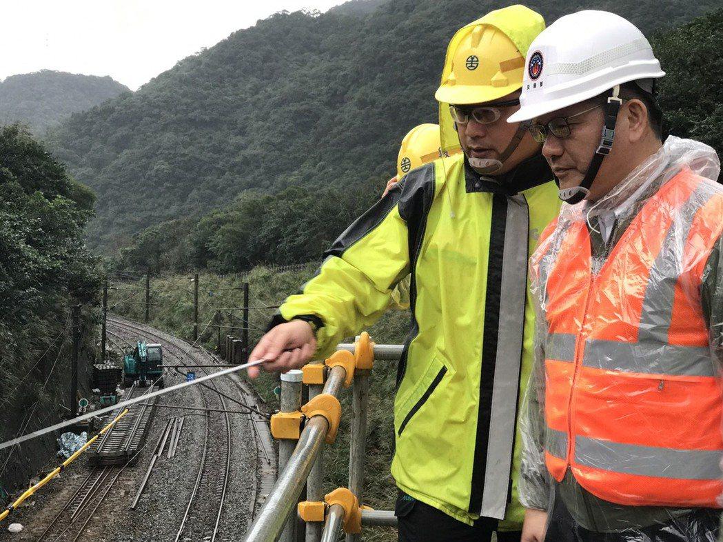 交通部長林佳龍(右)今天上午到新北瑞芳猴硐了解台鐵搶修進度後,指全線通車期程可望...