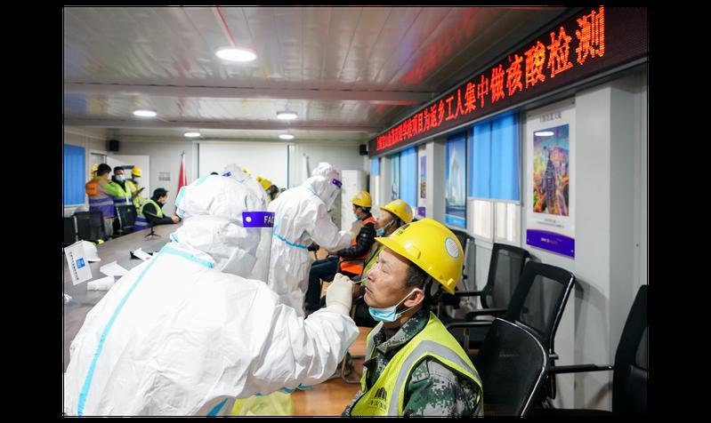 核酸檢測是大陸防範新冠疫情的重要手段。圖為上海醫務人員26日為一處工地工人進行核酸採樣。大陸要求過年返鄉需持有7天內的新冠病毒核酸檢測陰性報告。新華社