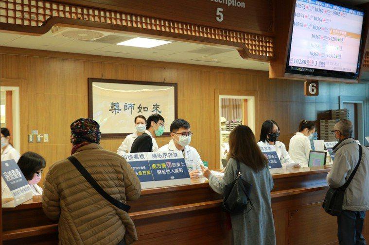 注意慢性病處方箋的領藥日期,提前備好過年用藥。圖/台中慈濟醫院提供