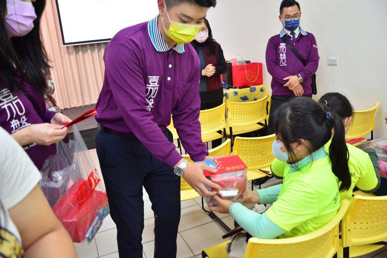 嘉磐慈善基金會送年菜、物資到新埔的綠光種子教室,提早陪孩子一起過年。圖/嘉磐慈善基金會提供