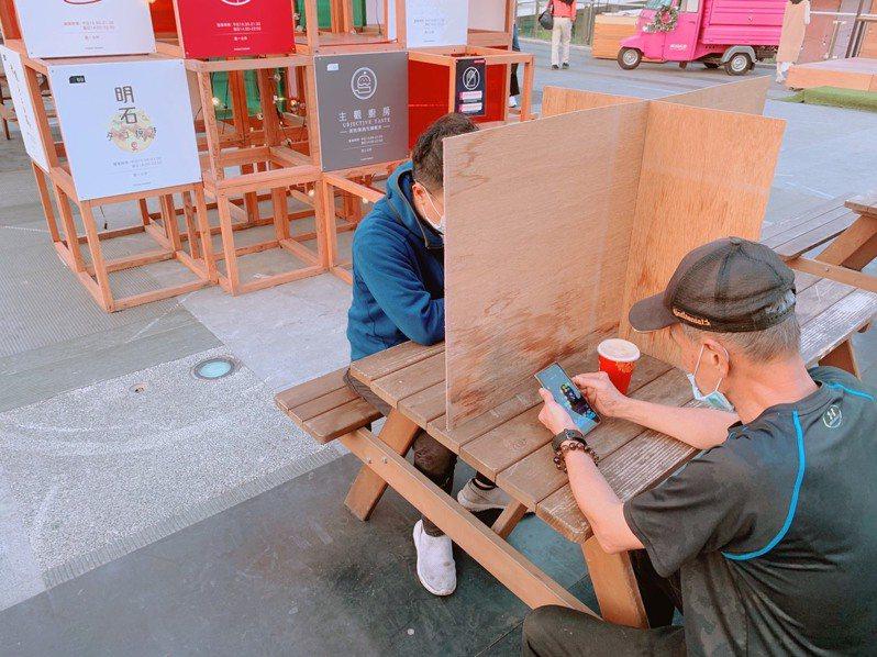 減少內用座位並加裝隔板。圖/台中市府觀旅局提供