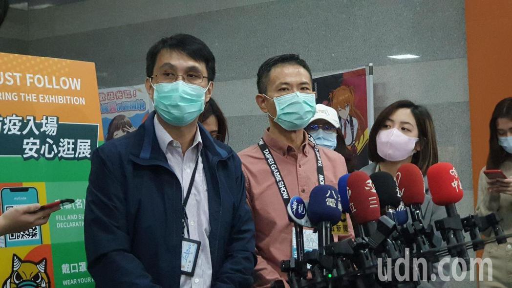 北市衛生局(左)與主辦單位(中)受訪表示,會限制電玩展區會場內人數。記者胡瑞玲/...