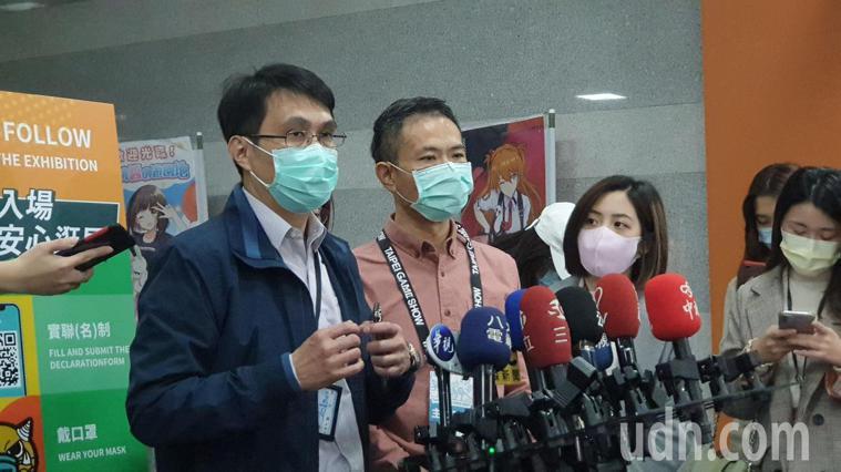 北市衛生局疾病管制科長余燦華(左)表示,經確認後,北市目前僅有4名匡列者。記者胡...