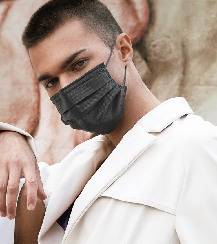 CSD中衛新推出的「夜幕灰」時尚口罩,雖然不花俏,卻有低調的質感。圖/CSD中衛...