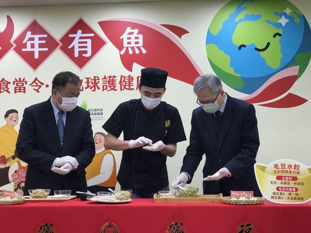 農委會漁業署署長張致盛(左)、料理網紅簡單哥(中)、國民健康署署長王英偉(右)現...