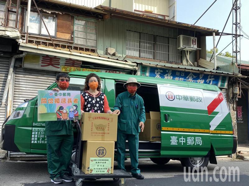 全成社會福利基金會今天舉辦「郵差按門鈴」年菜送到家服務。記者趙容萱/攝影